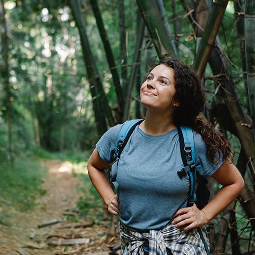 wanita liburan ke alam